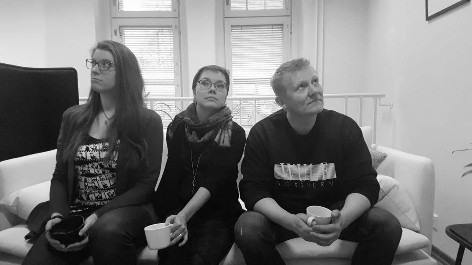 Jenina, Miia ja Petteri aamukahavilla Design Inspiksen tiloissa