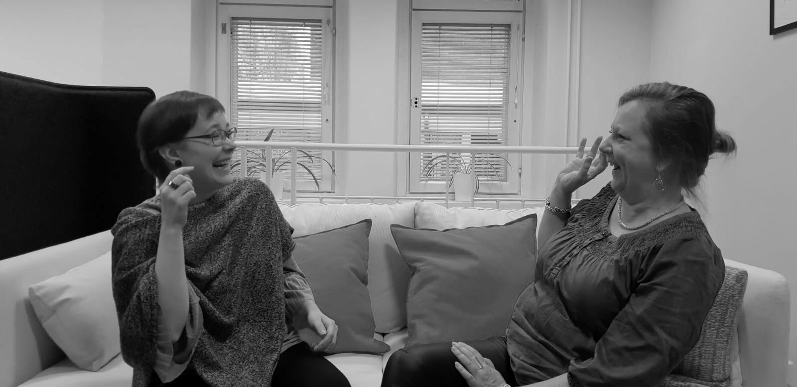 Miia Törmänen ja Annukka Pitkänen nauravat Design Inspiksen toimiston sohvalla