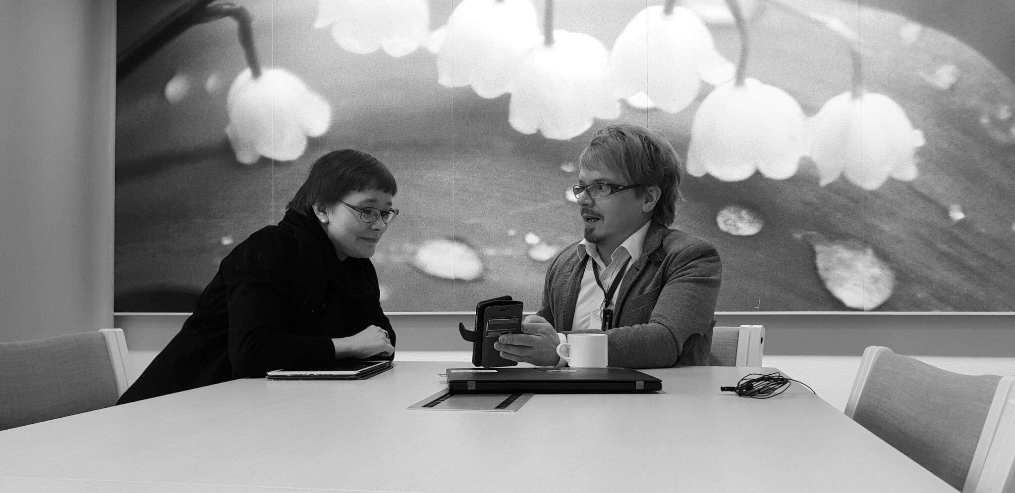 Miia Törmänen ja Risto Lustila aamukahavilla keskustelemassa innovaatiosetelistäMiia Törmänen ja Risto Lustila aamukahavilla keskustelemassa innovaatiosetelistä