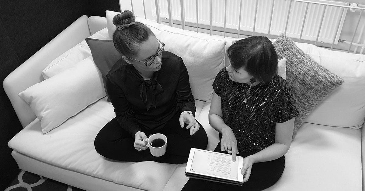 Aamukahavilla Design Inspiksellä Seoptimin Mari Karhumaa keskustelemassa sisällöntuotannosta ja hakukoneoptimoinnista