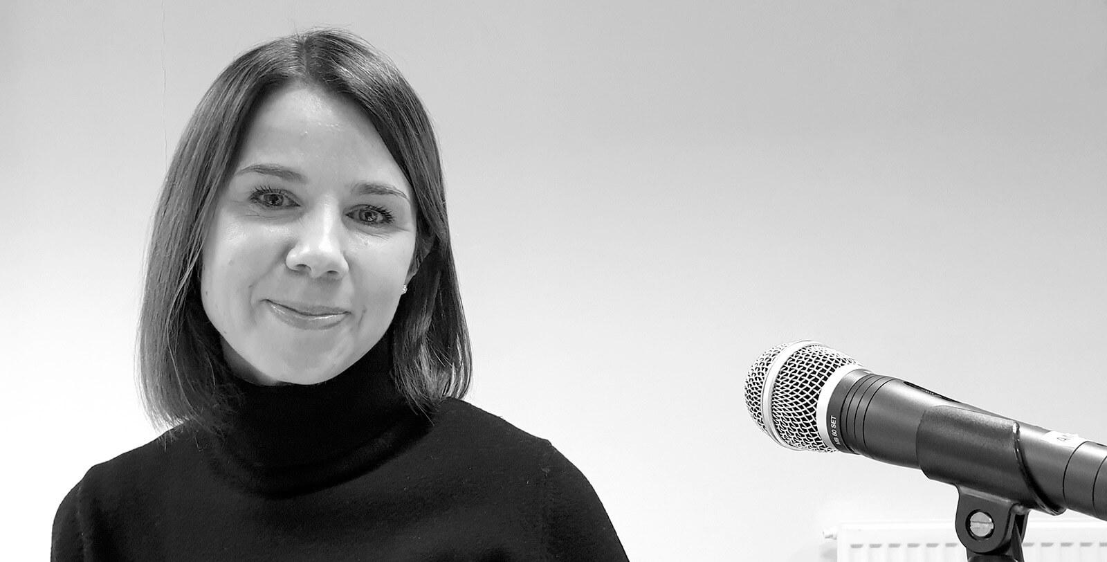 Design Inspis aamukahavilla Johanna Laurinen Businessworksilta keskustelemassa palvelumuotoilusta