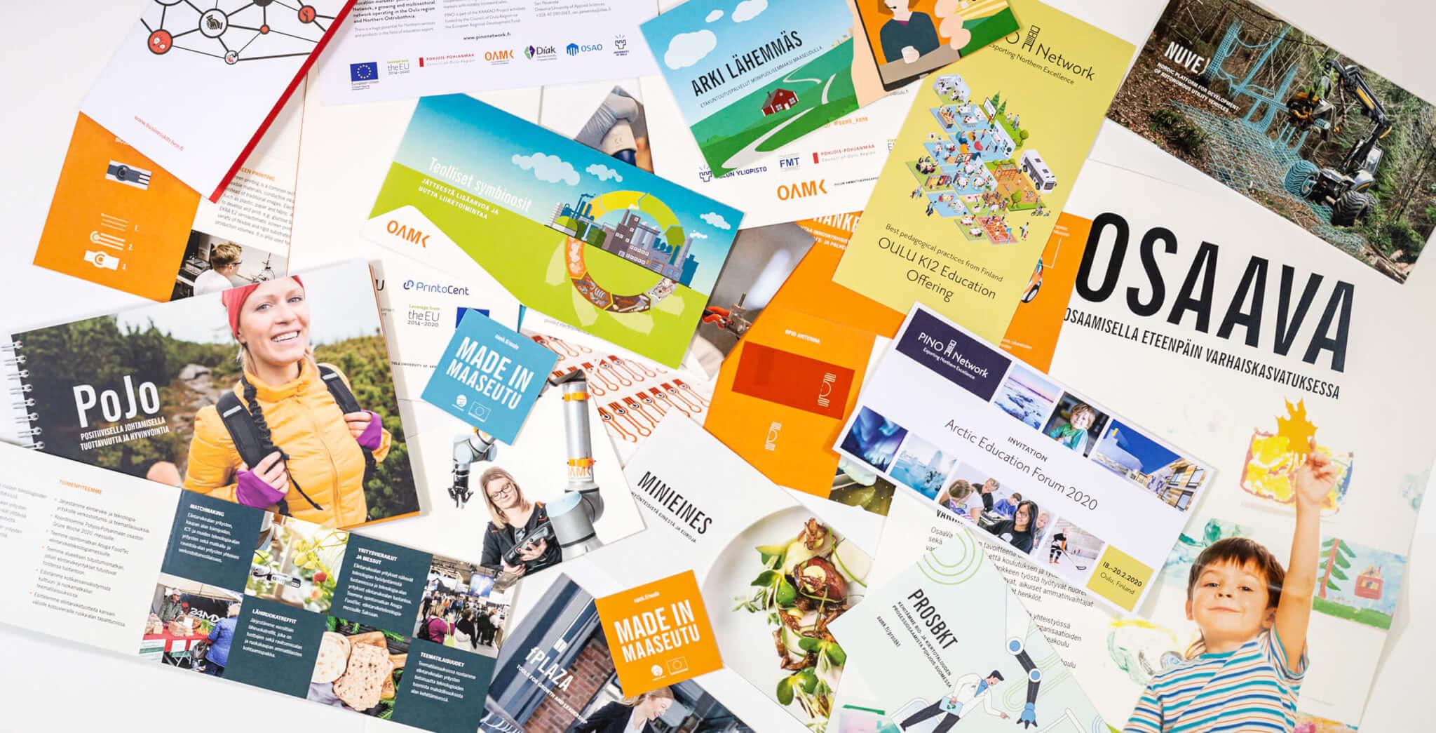 Hankeviestintä: kuvassa painettuja hankeviestinnän materiaaleja, kuten esitteitä.